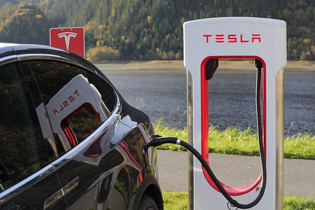 TeslaModel3がヨーロッパで発売: 中流層にも買える未来形のモビリティの登場か